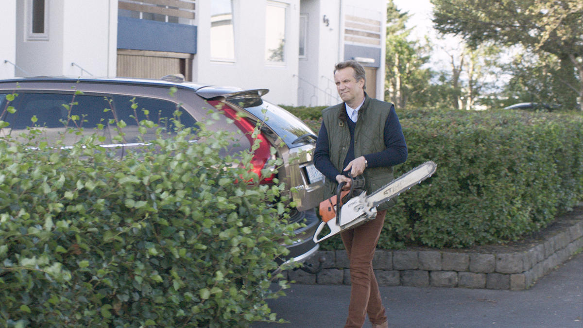 Konrad (Þorsteinn Bachmann) rapidly grows tired of the neighbors' resistance to trimming their tree. Press photo.