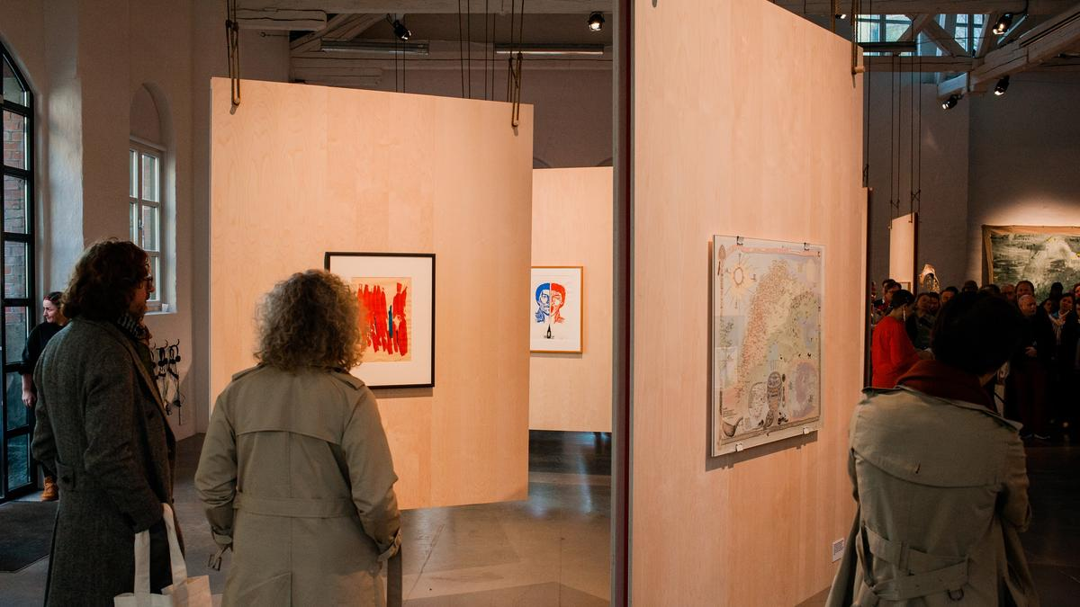 The exhibition: Many of the art works had a strong political context and were dominated by the traditional colors red, yellow and blue.